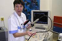 Zdravotní sestra Jaroslava Truchlíková z interního oddělení NsP Česká Lípa připravuje pro vyšetřování  nový přístroj HDXE 11 Philips s jícnovou sondou.