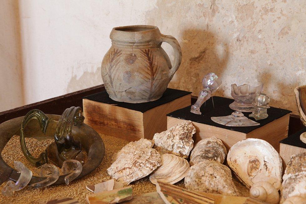 Způsoby stolování dokládají předměty zkeramiky, kovu i skla, přičemž součástí jídelníčku byly i speciality, jako slanovodní ústřice.