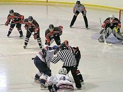Dvanáct kousků do sítě Frýdlantu nasázeli českolipští hokejisté (tmavé dresy).