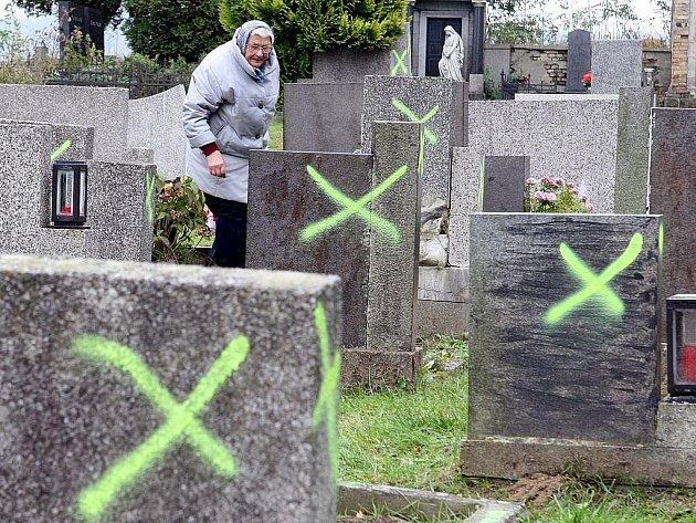 Kontroverzní způsob, jak vymáhat poplatky za hrobová místa zvolili v  Kamenickém  Šenově.
