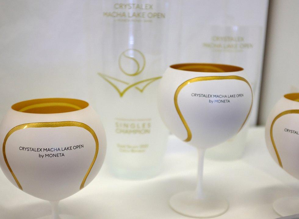 Poháry a ceny pro mezinárodní tenisový turnaj ve Starých Splavech.