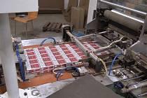 Při prohlídce ve výrobní hale v Ralsku celníci našli kompletní linku na výrobu cigaret, řezačku a drtičku tabáku, komponenty na výrobu cigaret a přes 8 a půl milionu kusů cigaret.