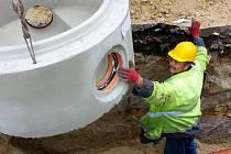 Řemeslníci v tuto chvíli pracují na opravě dešťové kanalizace.