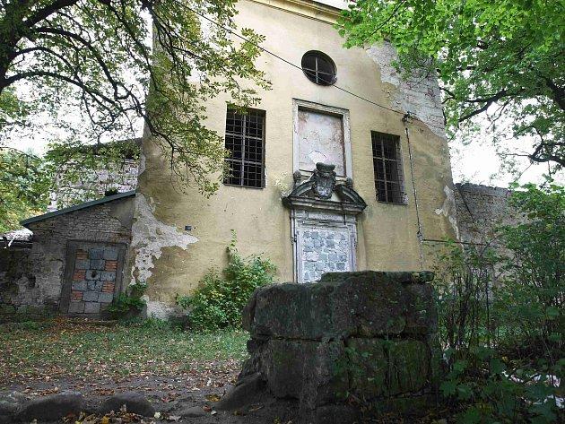 Doslova krok od spadnutí je kapucínský kostel ze 17. století v Zákupech.