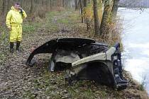 Z koupaliště ve Sloupu v Čechách vylovili hasiči rozřezanou Škodu Fabii