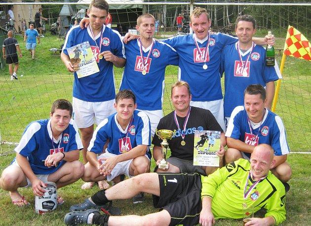 Letní fotbalový turnaj v Oknech vyhrálo mužstvo Hearts Bělá p. B.