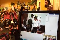 Přátelství s japonskou školou navázala ZŠ a MŠ Klíč v České Lípě. Kromě videokonferencí se českolipské děti radovaly z dárku v podobě japonských sušenek a novin, ve kterých se o projektu píše.