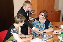 Starostka Romana Žatecká se sešla s náměstkem primátora Jablonce nad Nisou Pavlem Svobodou, aby se s ní podělil o zkušenosti s efektivní komunikací se seniory.