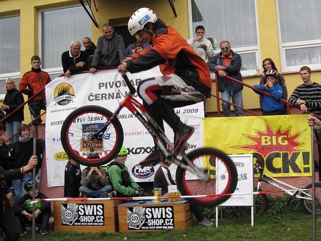 Součástí mistrovství republiky v biketrialu  byl i skok do výšky.