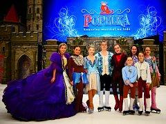 Produkce muzikálu Popelka je opravdu honosná. Odpovídají tomu i róby, které účinkující oblékají.