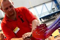 Desáté mezinárodní sklářské sympozium IGS 2009. Svoje umění zde předvádělo čtyřicet výtvarníků. Na snímku je Jiří Pačinek.