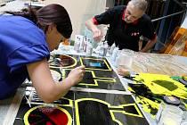 Na desátém mezinárodním sklářském sympoziu IGS v roce 2009 probíhá předvádělo svoje umění na čtyřicet výtvarníků. Na snímku je David Vávra.