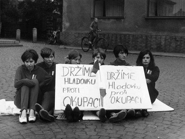 Zatím se podařilo identifikovat dívku, která je na fotce druhá zleva. Je to Naďa, za svobodna Oulehlová, která dnes žije kousek od Nového Boru  Najdeme společně iVladimíru, Jitku, Janu, Hanu a Mílu?