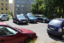 Skutečně kde se dá, parkují obyvatelé českolipského sídliště Špičák. Rozšíření počtu parkovacích míst téměř bez výhrady vítají.