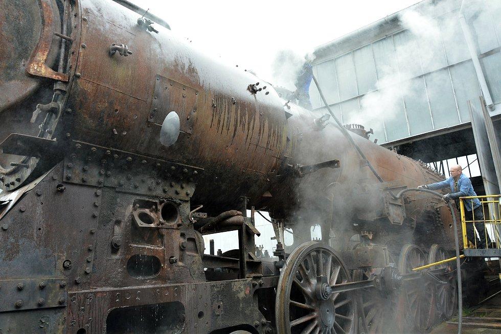 V Centru historických vozidel ČD v českolipském depu bylo v pátek 7. května rušno. Nadšenci zbavovali párou vzácný exemplář usazenin a rezu.