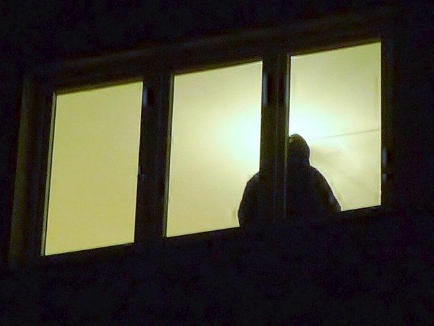 Na tísňovou linku 156 se obrátil vylekaný oznamovatel s tím, že ve třetím patře jednoho z domů na sídlišti Sever vidí na klice okna oběšence. Byl to jen kabát.