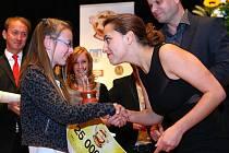 Herečka Petra Horváthová loni předala jednu z cen Gabriele Jakoubkové z Víchové nad Jizerou, která se věnuje moderování a žurnalistice.