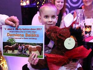 Tradiční charitativní show modelingové agentury Reas Agency, který proběhla v Novém Boru, letos pomohla malému Damienovi z České Lípy, který po mozkové obrně zůstal tělesně postižený.