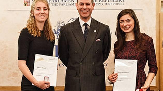 Studentky Alena Lišková (vlevo) a Sabina Falcmanová (vpravo) po bocích prince Edwarda při slavnostním ceremoniálu.