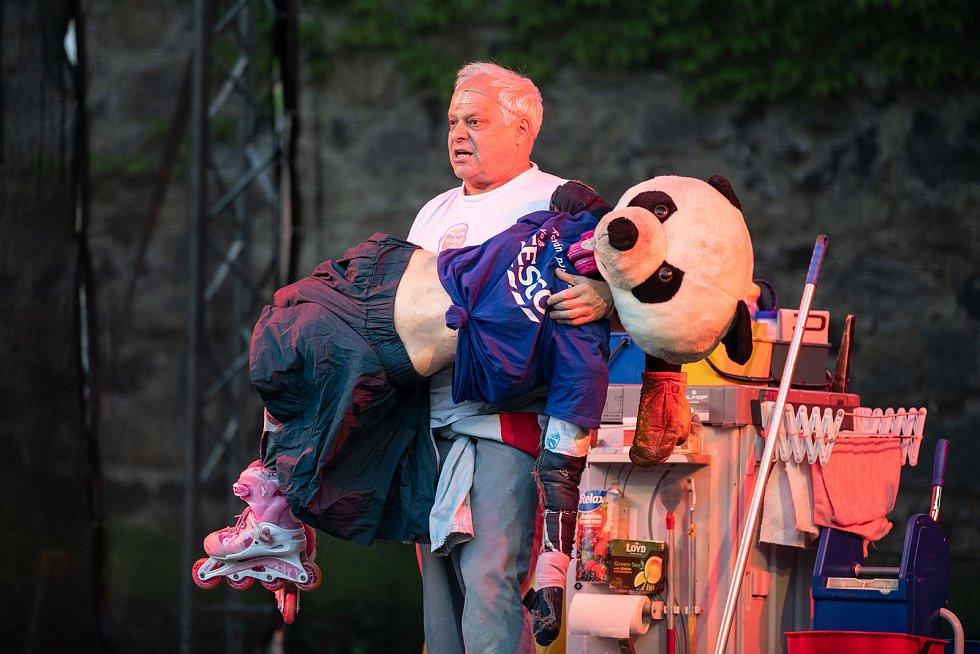 Na hrad Lipý dorazil Bob Klepl. Pobavil hrou Vysavač.