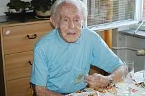 Celé století již chodí po světě Antonín Střelba, který více než padesát let bydlí ve svém bytě na Slovance v České Lípě.