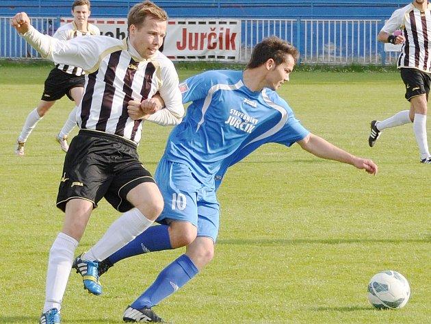 Fotbalisté Doks (modré dresy) si vyšlápli na vedoucí Semily, které porazili 3:0.