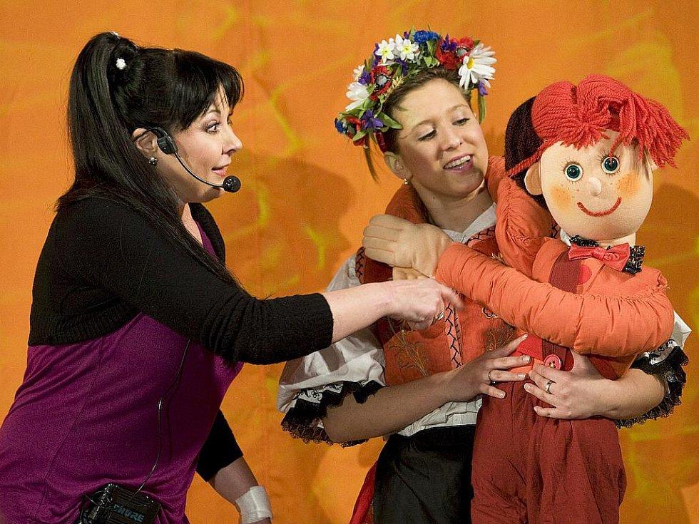 Dáda Patrasová přijela i s žížalou Julií a kosem Oskarem do Kulturního domu Crystal v České Lípě, jehož velký sál se v neděli odpoledne zaplnil do posledního místa.