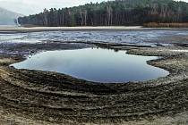 Vodohospodáři začali před několika dny napouštět Máchovo jezero.
