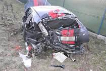 Mladý řidič těžce zranil tři spolujezdce. Silnicí jel jako závodník Formule 1