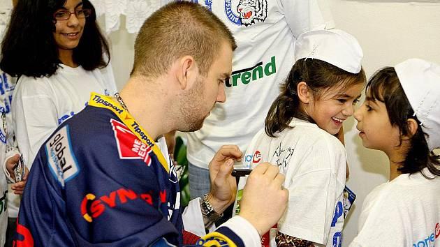 Hokejisti libereckých Bílých tygrů navštívili Dětský domov v Krompachu.