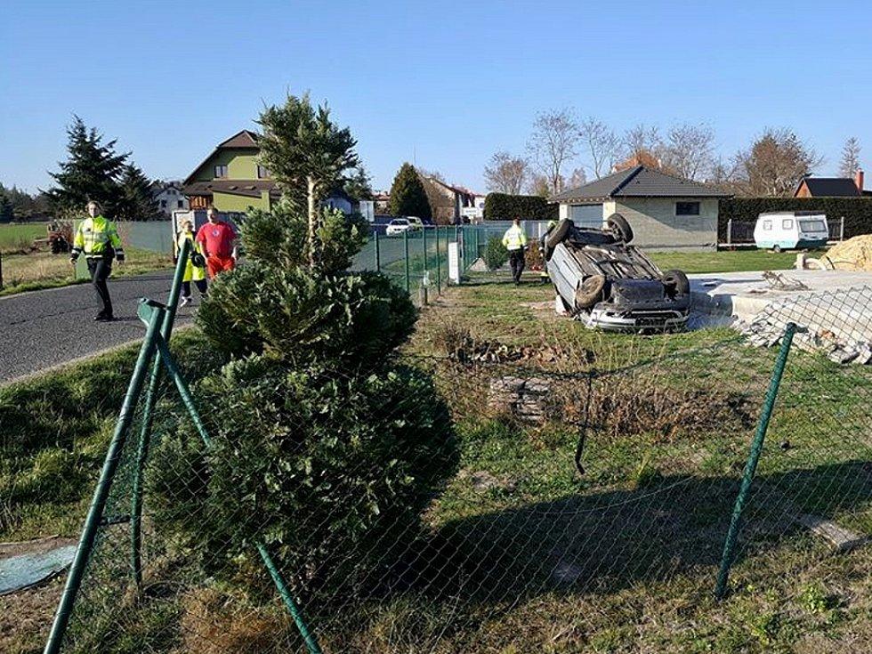 Lidský život si vyžádala páteční dopolední dopravní nehoda mezi Mimoní a Hvězdovem, kde auto vyjelo mimo silnici a jeho 60letý řidič zemřel.