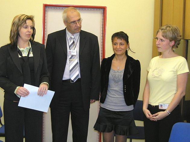 Prvni skupina sestřiček s ředitelem nemocnice.