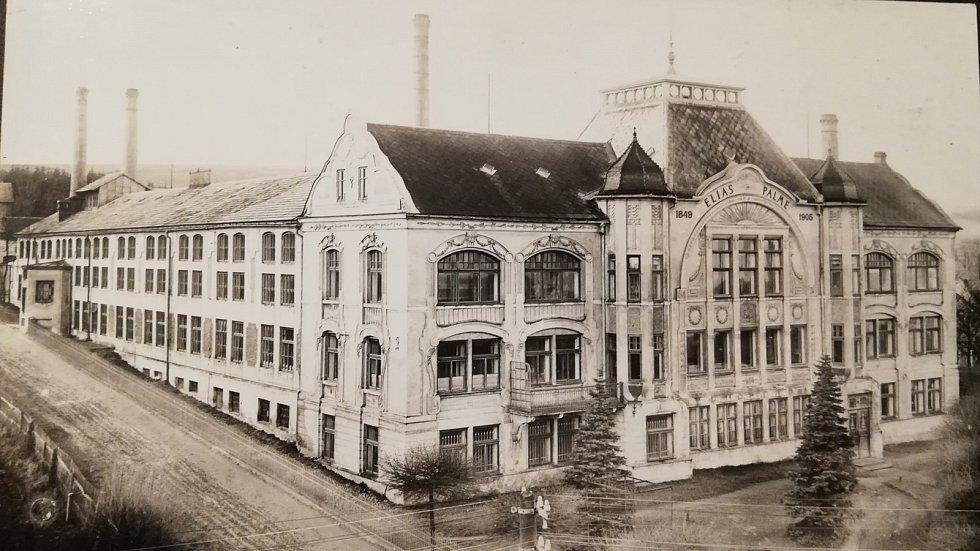Továrna na křišťálové lustry firmy Elias Palme na historických pohlednicích.