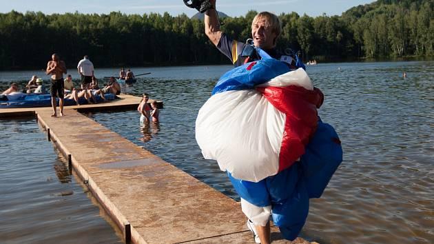 Jiří Černý, český reprezentant v disciplíně paraski a vítěz letošního závodu v přistání na ponton na vodní hladině v areálu koupaliště ve Sloupu v Čechách.