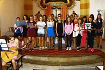 Ve Stráži se zpívalo. Místní pěvecký sbor Lentilky a sbor Canzonetta Osečná zazpívaly návštěvníkům Noci kostelů ve Stráži pod Ralskem, kam zavítalo 140 lidí.