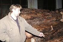 Pavel Kohout ukazuje klády, které řeže na své pile