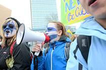 Demonstrace proti sloučení škol.