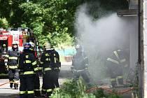 K požáru bývalého nádraží vyjelo šest jednotek hasičů.