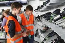 V rámci projektu Šikovné ruce navštívili už loni českolipští deváťáci závod firmy Festool. Další stovky žáků zamířily například také do výroby firmy Johnson Controls.