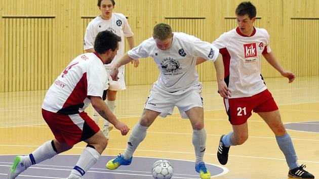 Karel Kaňkovský v souboji se dvěma hráči soupeře.