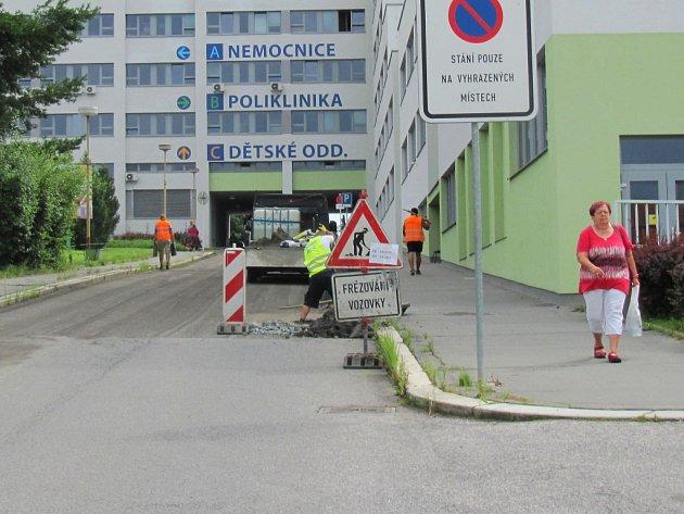 V areálu Nemocnice s poliklinikou Česká Lípa (NsP) se začalo pracovat na rekonstrukci hlavní dopravní komunikace.