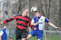 Šlágrem kola byl zápas Loko B – Sloup. Domácí Petr Škaloud (vlevo) v souboji s Jakubem Satrapou.