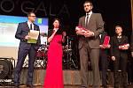 Kryštof Bogar přebírá cenu pro nejlepšího jezdce MTBO za rok 2016.