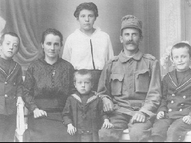 Rodina Johanna Langera (v uniformě), který byl 2.6. 1945 mučen a zastřelen na náměstí v dnešním Novém Boru. Langerovi v té době bylo 72 let.