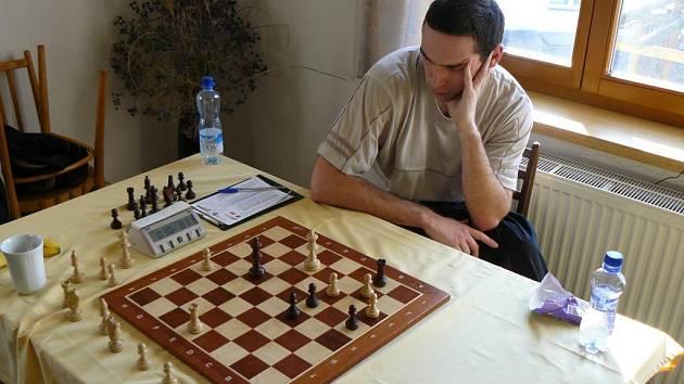 Opora novoborského B–týmu Tomáš Kulhánek přemýšlí nad koncovkou v rozhodující partii s Holdiií Praha.