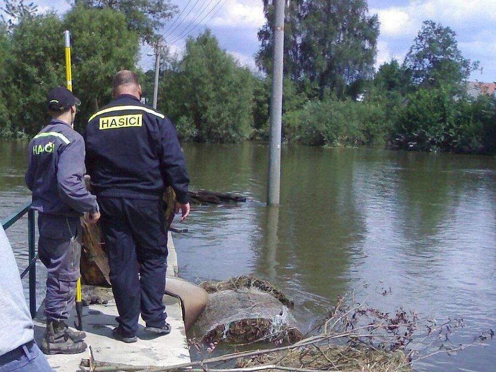 Při záchraně lidí jeli hasiči nadoraz. Někteří z nich přišli o majetek, přesto pomáhali druhým