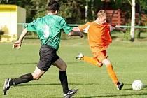 V dohrávce 14. kola porazila Dubice Stružnici gólem Soukupa 1:0. Na snímku se Křemen snaží zastavit akci Bárty.