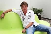 Zpěvák a producent Martin France.