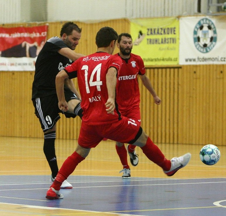 Futsaloví Démoni (černá) bojovali, nakonec doma prohráli s Chrudimí 1:4.