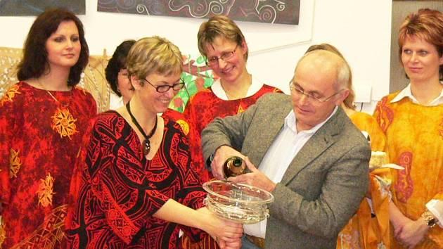 Jedním z kmotrů nového CD Zpěvandulí byl i mimoňský starosta František Kaiser.